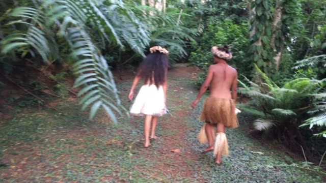 stockvideo's en b-roll-footage met young pacific islander couple walking on a rain forest path in the highlands of rarotonga cook islands. - polynesische etniciteit