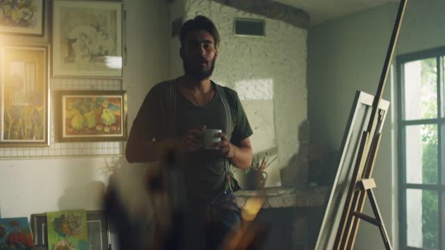 vídeos de stock, filmes e b-roll de jovem pintor no estúdio do artista - painter artist
