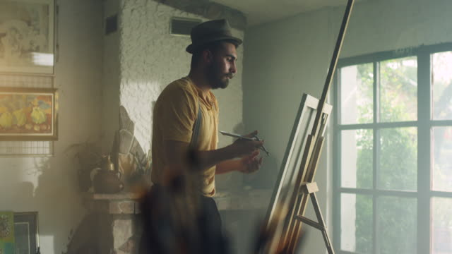 vídeos de stock, filmes e b-roll de jovem pintora - painter artist