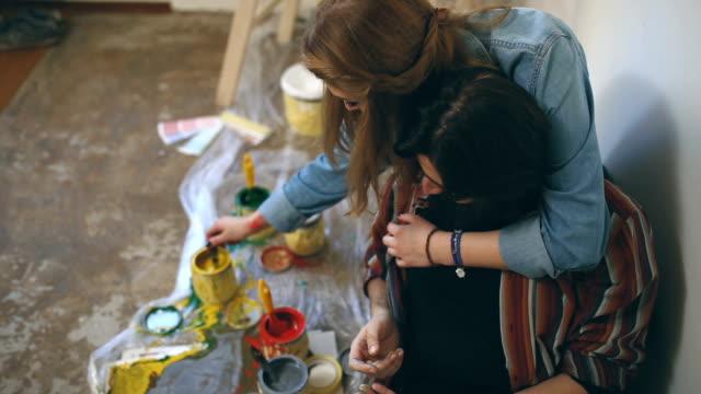 vídeos de stock, filmes e b-roll de jovem pintores - apartamento