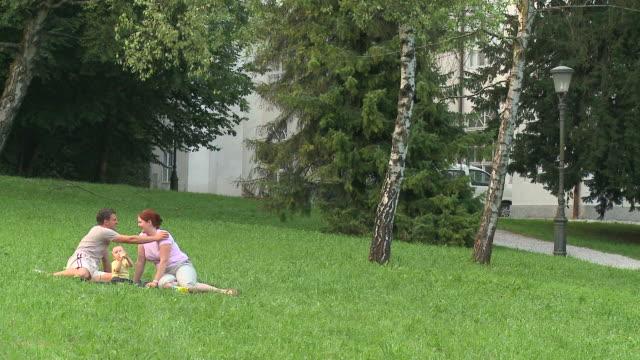 hd: junge eltern - auf dem boden sitzen stock-videos und b-roll-filmmaterial