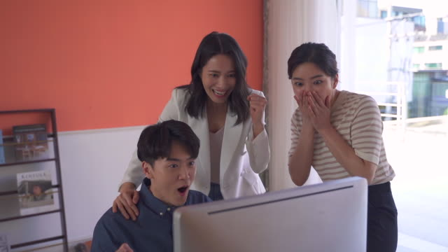 young people and female ceo jubilating, startup business - 人間の鼻点の映像素材/bロール
