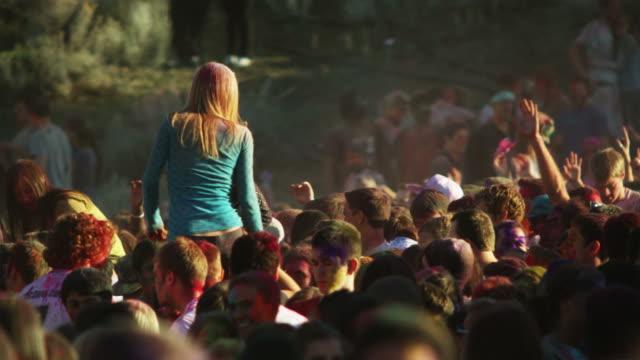vídeos de stock, filmes e b-roll de young people at a hindu festival - jogando se na multidão