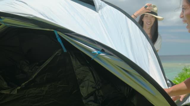 若い人のキャンプします。 - キャンプする点の映像素材/bロール