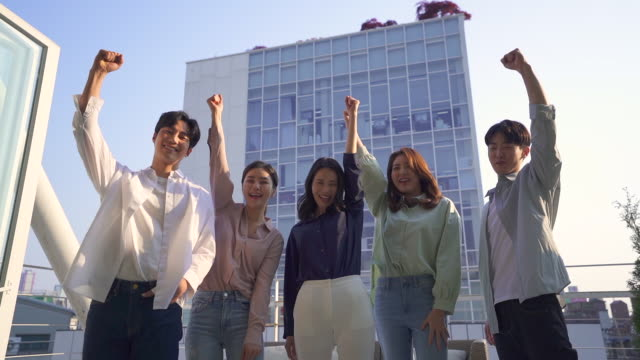 young people cheering up each other, startup business - shaking点の映像素材/bロール