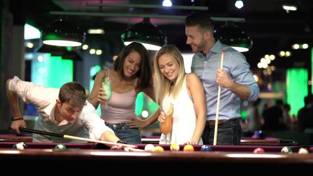 young people enjyoing billiard game - ビリヤード点の映像素材/bロール