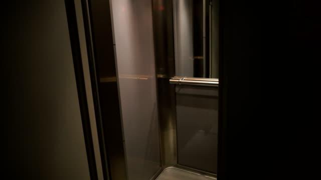vídeos de stock, filmes e b-roll de jovens entram no elevador - ascensor