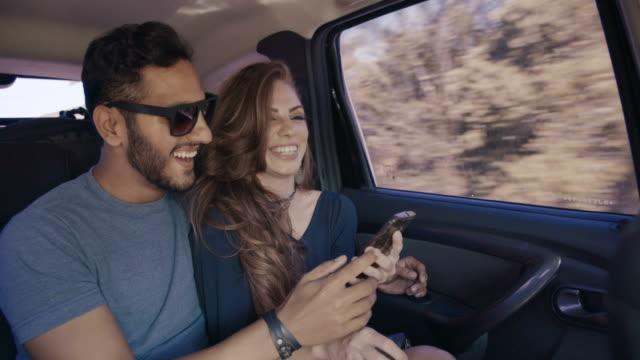 vidéos et rushes de les jeunes s'amusent sur le road trip - enjoyment