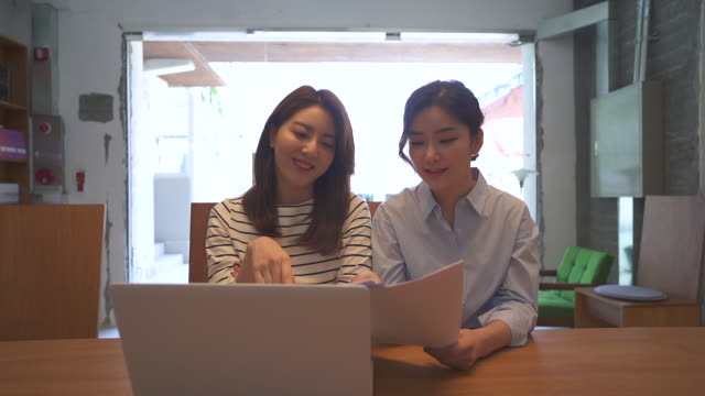 young people having a meeting on a table, startup business - 人間の鼻点の映像素材/bロール