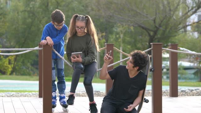 若い人々 と公園で楽しく