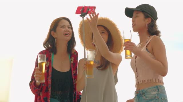 stockvideo's en b-roll-footage met jonge mensen plezier op het strand. - buitensport