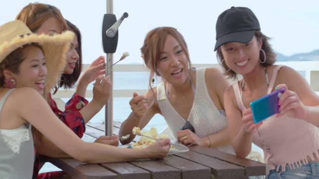 若い人々のビーチです。 - アイスクリーム点の映像素材/bロール