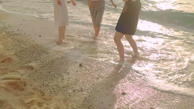 若い人々のビーチです。 - 思春期点の映像素材/bロール