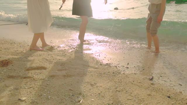 jugendliche, die spaß am strand. - freizeitaktivität im freien stock-videos und b-roll-filmmaterial