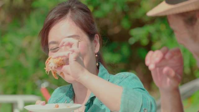 若い人々。 - 食事点の映像素材/bロール