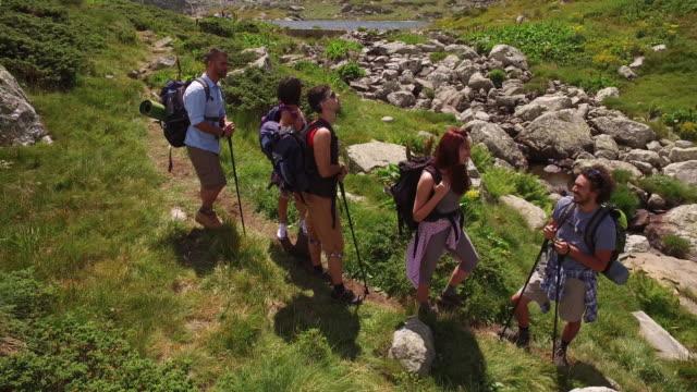 Junge Menschen in den Bergen