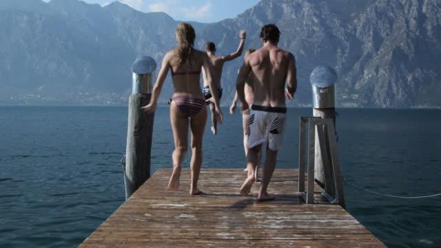 Jungen Menschen springen in See