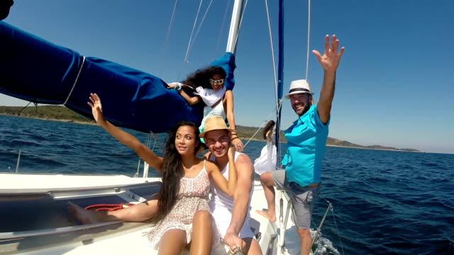 junge leute machen selfie auf yacht - urlaubsort stock-videos und b-roll-filmmaterial