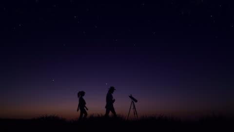 unga människor som observerar natthimlen - astronomi bildbanksvideor och videomaterial från bakom kulisserna
