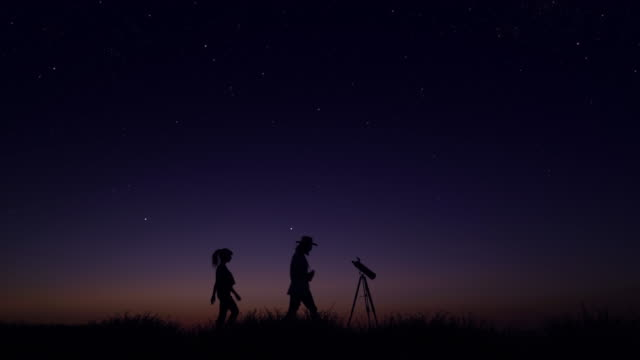 vídeos de stock e filmes b-roll de young people observing the night sky - astronomia