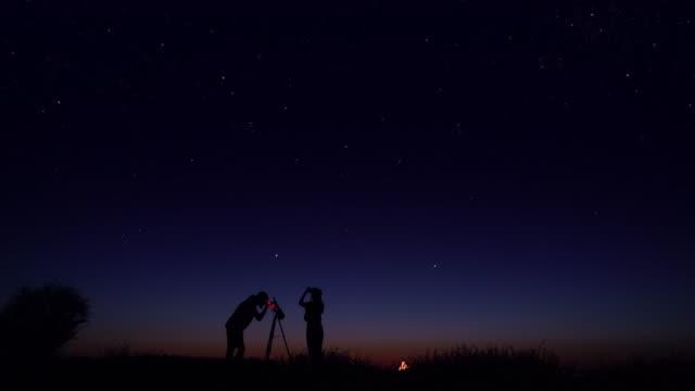 vídeos de stock, filmes e b-roll de jovens que observam o céu nocturno - lanterna elétrica