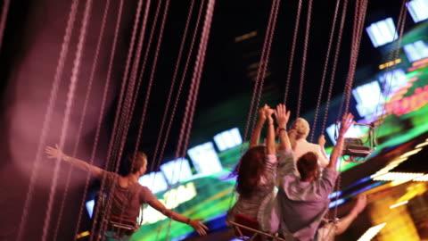 vidéos et rushes de jeunes sur chairoplane - parc d'attractions