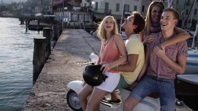 Giovani su scooter