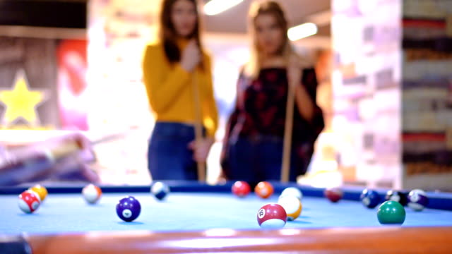 vídeos de stock e filmes b-roll de 4k young people playing billiard after work - mesa de bilhar