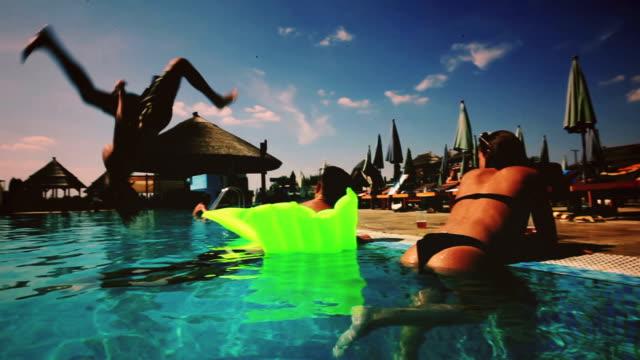 Junge Leute im Schwimmbad