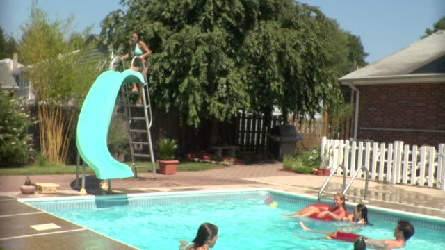 vídeos de stock e filmes b-roll de ws, young people relaxing in swimming pool, middlesex, new jersey, usa - cabelo molhado