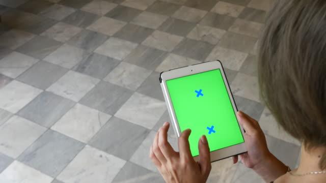 giovani a piedi utilizzando tavoletta digitale, schermo verde - portability video stock e b–roll