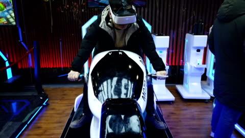 vídeos y material grabado en eventos de stock de young people watching vr video and playing,xi'an,china. - simulador de realidad virtual