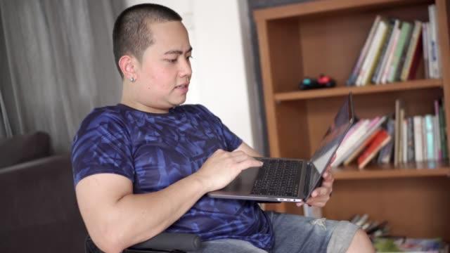 junge menschen mit behinderungen arbeiten von zu hause aus - arbeit und beschäftigung stock-videos und b-roll-filmmaterial