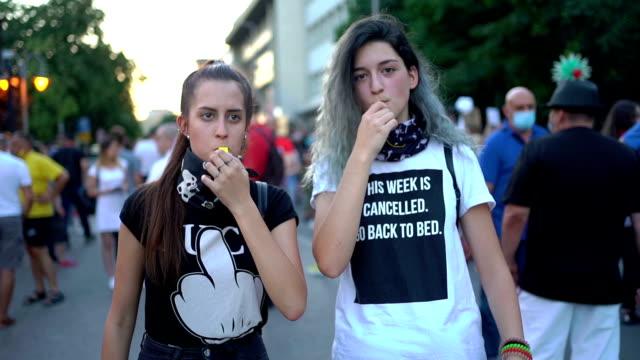 路上で抗議する笛を持つ若者たち - 活動家点の映像素材/bロール