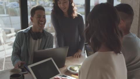 vídeos y material grabado en eventos de stock de ms young people working together in an office - contento