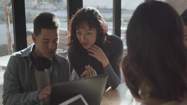 vídeos de stock e filmes b-roll de ms young people working together in an office - nova empresa