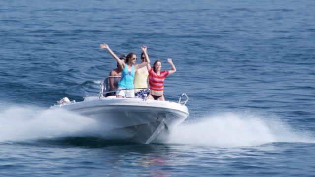 vidéos et rushes de jeune poeple sur bateau à moteur - bateau à moteur