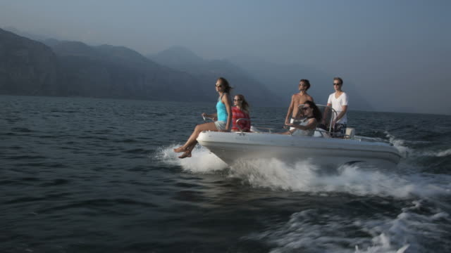 Giovane persone sulla barca a motore