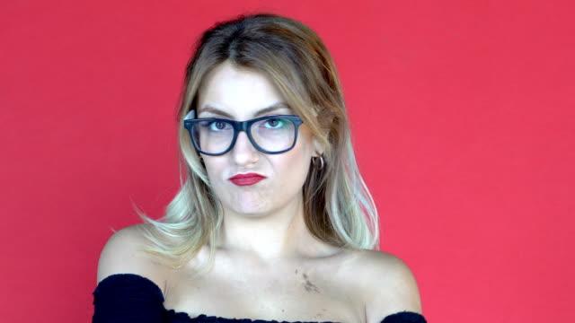 stockvideo's en b-roll-footage met jonge mooie vrouw poseren op een sexy manier en na het tonen van verschillende emoties zoals verveling. gezichtsuitdrukkingen - acteren