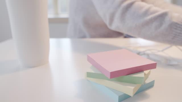 stockvideo's en b-roll-footage met jonge professionele architect die in een gedeelde bureauruimte werkt die aan muziek luistert. - brightly lit