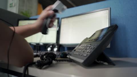 vídeos y material grabado en eventos de stock de joven profesional contestando llamada telefónica - centro de llamadas