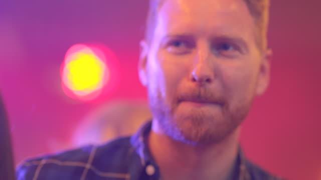 junger rothaariger mann mit spaß an der bar - after work stock-videos und b-roll-filmmaterial