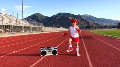 unga retro fitness pojke värmer upp - attityd bildbanksvideor och videomaterial från bakom kulisserna