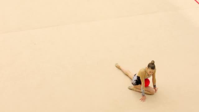 トレーニングで若い新体操選手 - sports training点の映像素材/bロール