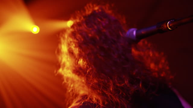 vídeos de stock e filmes b-roll de ms young rocker playing guitar and singing on the stage - música heavy metal