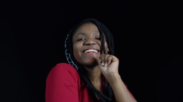 stockvideo's en b-roll-footage met verdrietig meisje dansen tegen zwarte achtergrond - huilen gezichtsuitdrukking