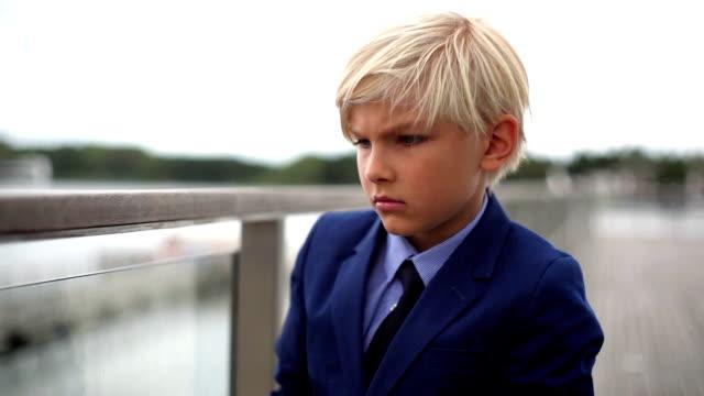 ung skolflicka pojke lookng genom kikare över en balustrad - slips bildbanksvideor och videomaterial från bakom kulisserna