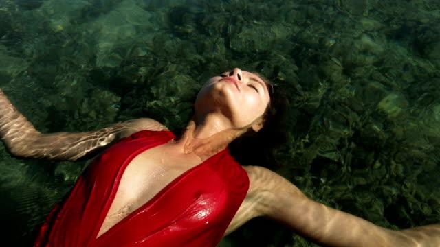 海に浮かぶ穏やかな女性 - 無重力点の映像素材/bロール