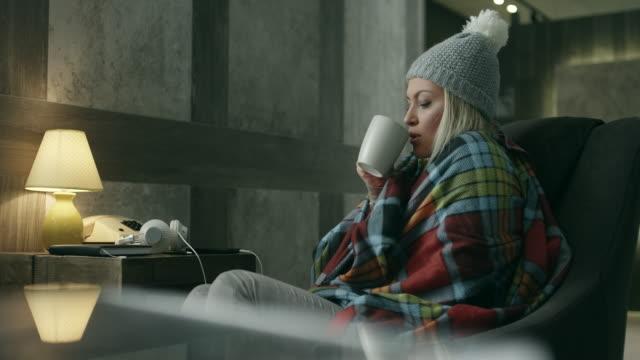 vídeos de stock, filmes e b-roll de jovem mulher doente - resfriado