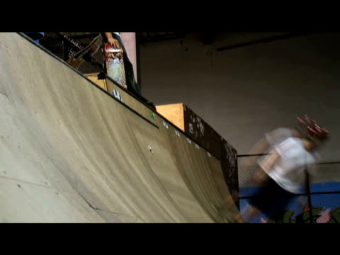 vídeos de stock, filmes e b-roll de young skaters ride up and down ramps at christian skate camp fort lauderdale; august 2009 - estilo dos anos 2000
